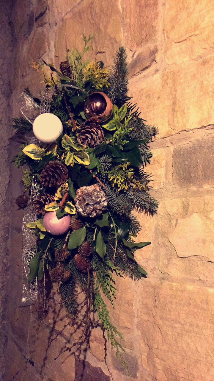 outdoor-festive-spray-wreath